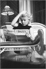Wood print  Marilyn Monroe reading a newspaper - Celebrity Collection