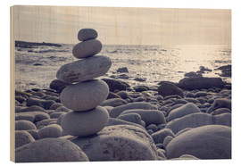Wood print  Pyramid of pebbles on the sea front - Elena Schweitzer
